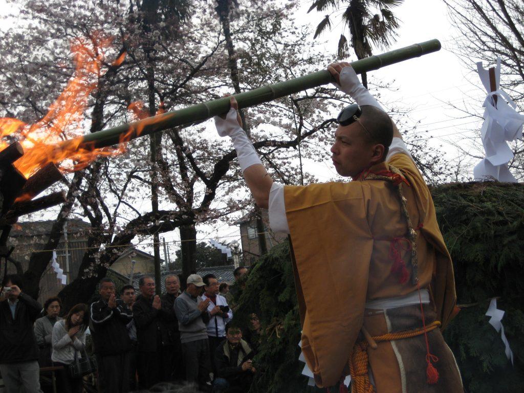 Anzünden des Zweighaufens - Exkursion zum Feuerritual Saitō Goma