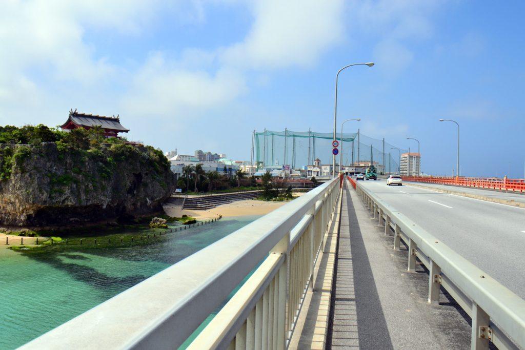 Das Bild zeigt die Realität des heutigen Naminoue-Schreins in Naha, den man mit einer riesigen Autobahn zugebaut hat (meistens wird diese auf den Fotos herausgeschnitten …)