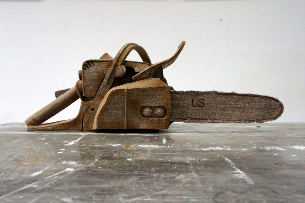 "Llaura Sünner: ""Kettensäge"", Filz 27 x 75 x 27cm"