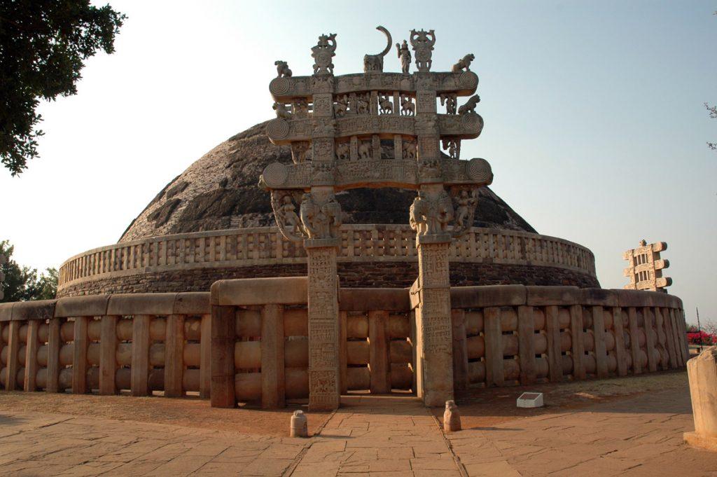 Sanchi Stupa mit Buddhas Reliquien in Madhya Pradesh, Nordtor
