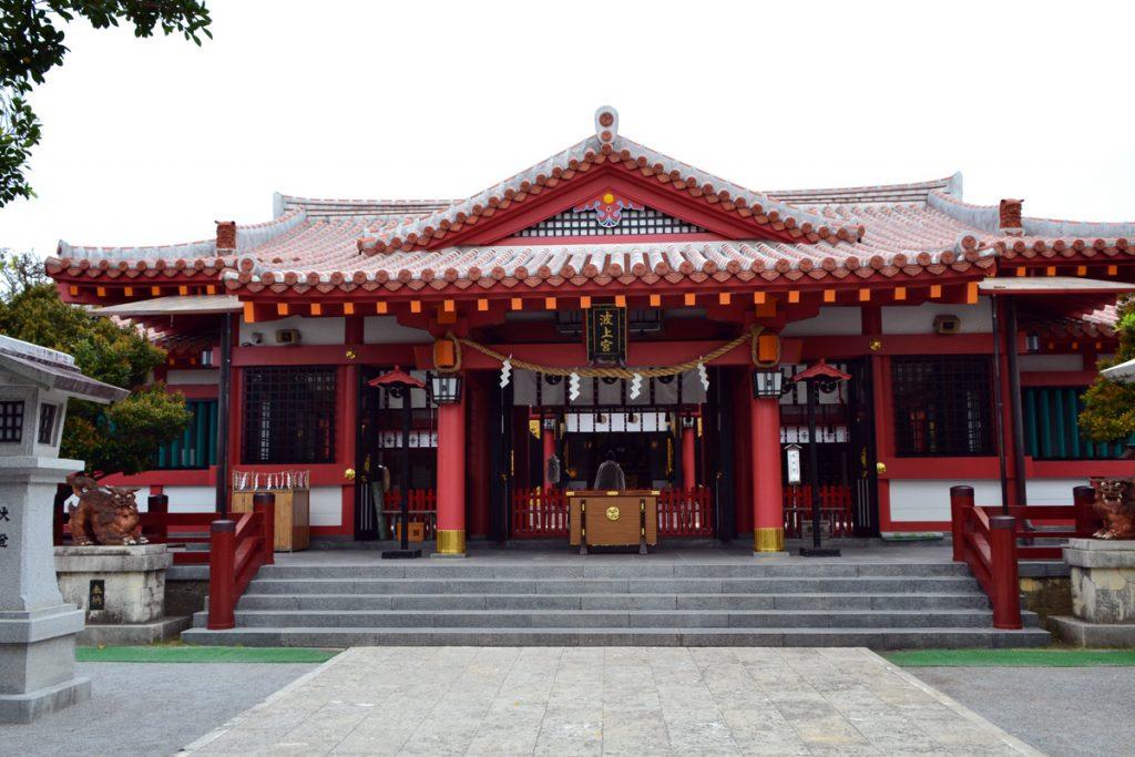 Die recht neu gestaltete Haupthalle des Naminoue-Schreins