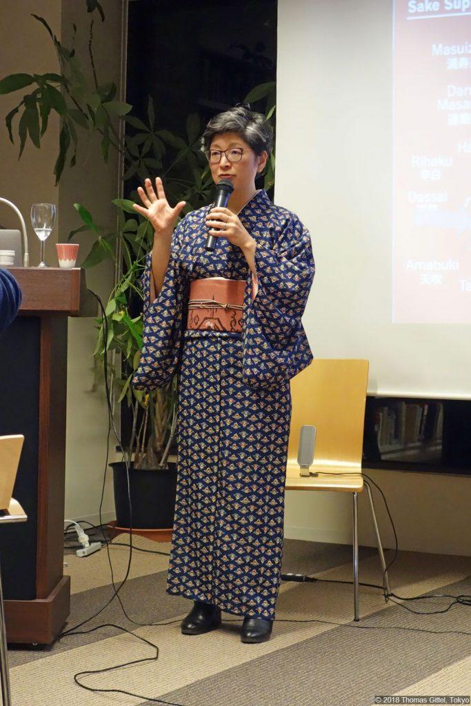 Yoshiko Ueno-Müller (Sake-Verkostung in den Räumen der OAG Tokyo)