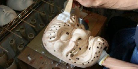 Iwami Kagura-Masken selbst bemalen unter Anleitung des Maskenherstellers Kobayashi Taizō